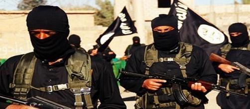 Una schiera di combattenti dell'Isis.