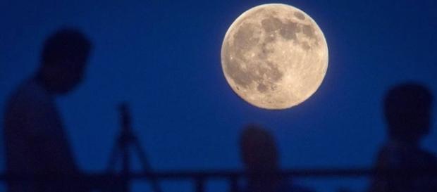 A Lua vai aparecer maior e mais brilhante do que o costume. Um fenómeno que convida à observação, pois só se repete em 2034.