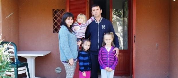 Familiiile sinistrate de români se mută în case noi