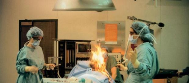 Mulher solta pum em cirurgia e tudo acaba mal
