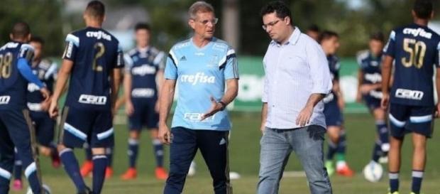 Oswaldo de Oliveira e Alexandre Mattos caminham na Academia de Futebol do Palmeiras (Foto: Cesar Greco/Ag Palmeiras/Divulgação)