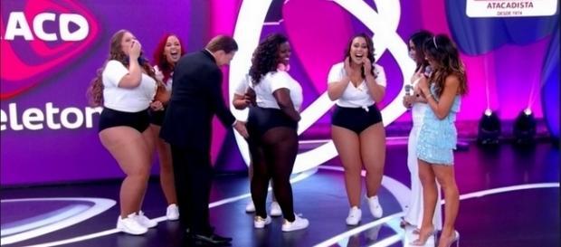 Silvio Santos aperta o bumbum da dançarina Daiane no palco do Teleton - Reprodução/Internet