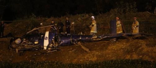 Bombeiros e policiais trabalham no local onde houve a queda de helicóptero da PM