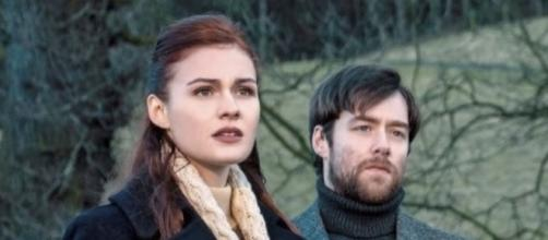 """Brianna and Roger in """"Dragonfly in Amber"""" / Photo via Entertainment Weekly"""