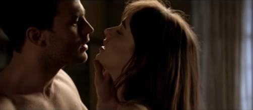 Jamie Dornan e Dakota Johnson em cena de 'Cinquenta Tons Mais Escuros'