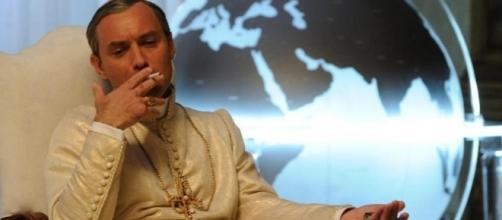 The Young Pope: Jude Law in una scena della serie
