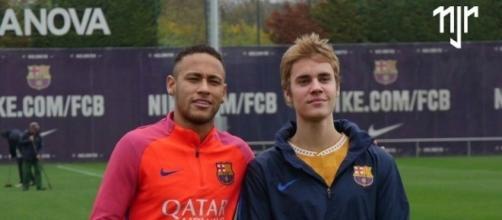 Cantor aproveitou para bater bola com Neymar e Rafinha