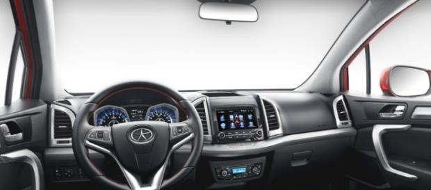 Bancos de couro e kit multimídia estão entre os opcionais do veículo