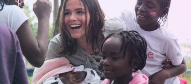 Bruna Marquezine brinca com crianças refugiadas em São Paulo