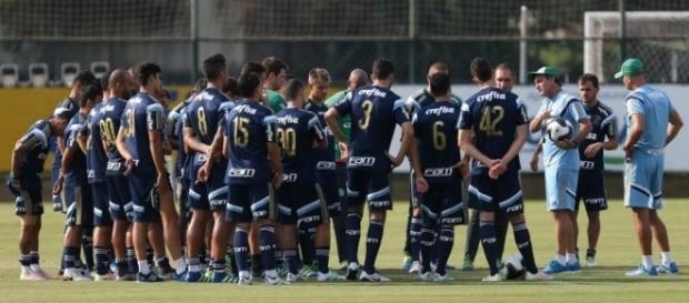 Elenco palmeirense reunido com o técnico Cuca na Academia de Futebol (Foto: Cesar Greco/Ag Palmeiras/Divulgação)