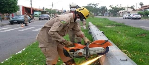 Na imagem o trabalho dos bombeiros a fim de conseguir resgatar o corpo.
