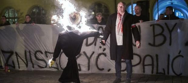 Palenie kukieł ludzkich przypomina katolickie auto da fe - stosy inkwizycji
