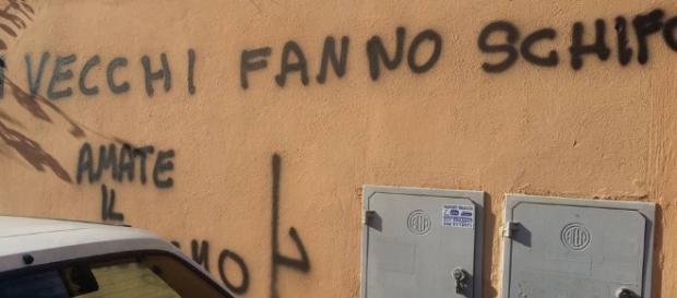 Scritta fascista apparsa sui muri di Ostia Antica