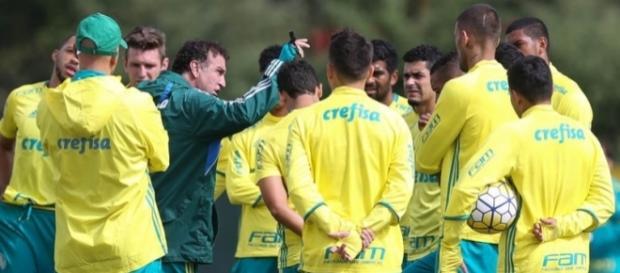 Técnico Cuca reunido com elenco na Academia de Futebol (Foto: Cesar Greco/Ag Palmeiras/Divulgação)