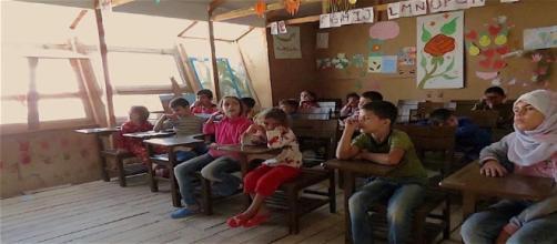 I bambini siriani nella scuola del campo profughi di Tel Abbas