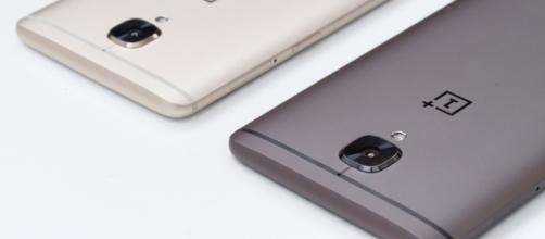 OnePlus 3T nelle due varianti di colore disponibili. In vendita dal 28 novembre al prezzo di 439 euro
