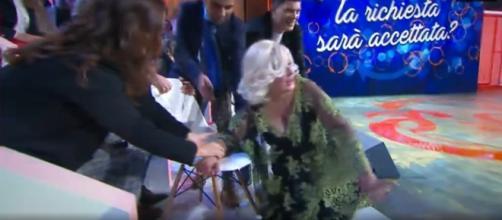 Selfie, frame video della caduta di Tina Cipollari durante la lite con Gemma. Successivamente la Cipollari si scontra con Katia Ricciarelli
