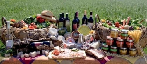Un tavolo con i prodotti tipici toscani