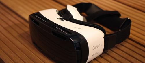 Un visore per la realtà virtuale (wikimedia.org)