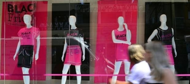 As lojas e os sites de e-commerce prometem muito, mas nem sempre se encontra a oferta que atraiu o consumidor. [foto Rovena Rosa / Agência Brasil]