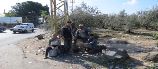 Profughi siriani aspettano un passaggio per Tripoli