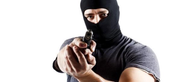 Sob ameaça de arma de fogo, casal de idosos é assaltado e agredido
