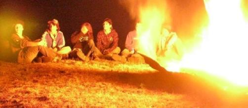 Fogata tradicional en un campamento scout