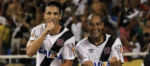 Luan e Rodrigo comemoram gol do Vasco na Série B