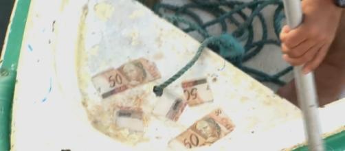 Moradores são surpreendidos com dinheiro que apareceu no rio.