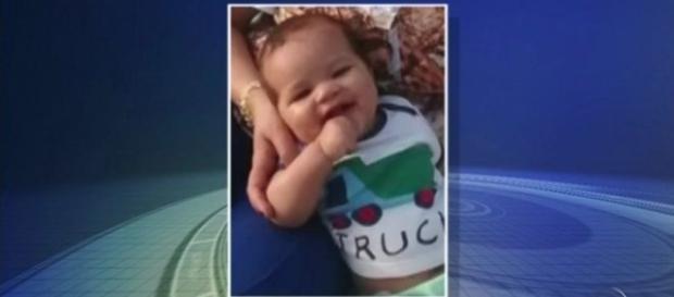 Bebê de 5 meses morreu trancado dentro do carro do pai.