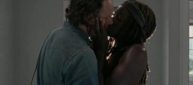 Il bacio tra Michonne e Rick nell'episodio 7x05