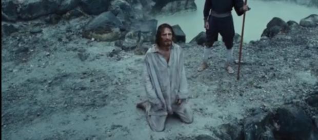 Liam Neeson, jouant un prête jésuite torturé, dans le film Silence de Martin Scorsese