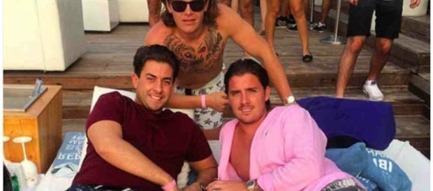 Louis Harris (de rosa) e David Butlin (sem camisa) foram acusados de estupro