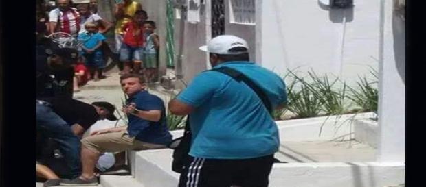 Luciano Huck ajuda a atender mulher que cortou os pulsos (Foto: Facebook).
