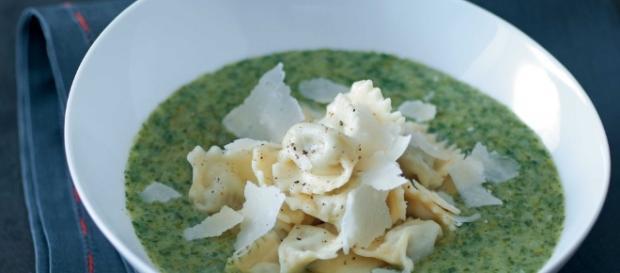 Ricetta Ravioli del plin con vellutata di lattuga ed erbe ... - cucchiaio.it