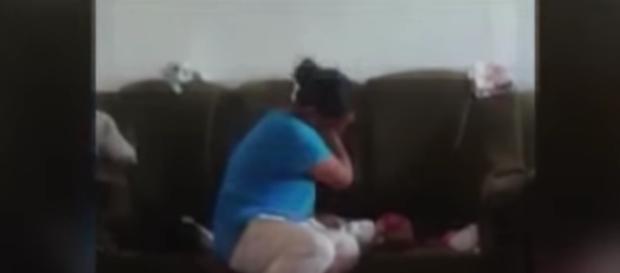 Vídeo mostra bebê sendo espancado pela própria mãe.