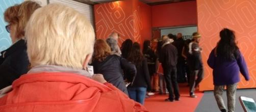 El público a la espera de ingresar a la sala