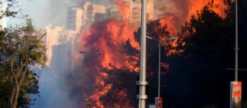 Enormes llamas rugían bloques de apartamentos Entre as residentes huyeron