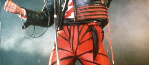 Freddie Mercury en pantalon de cuir rouge