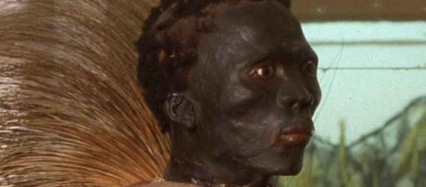 Imagem do guerreiro africano que foi embalsamado e colocado exposição em um museu