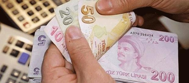 Les purges, qui ont frappé les milieux d'affaires, pèsent aussi sur l'économie turque et la parité de la lire