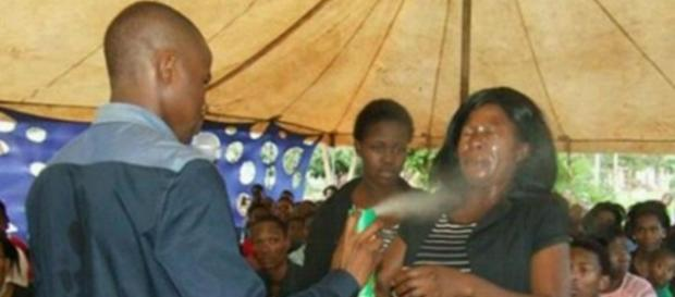 Pastor espirrou inseticida em mulher para curar doenças em seus olhos