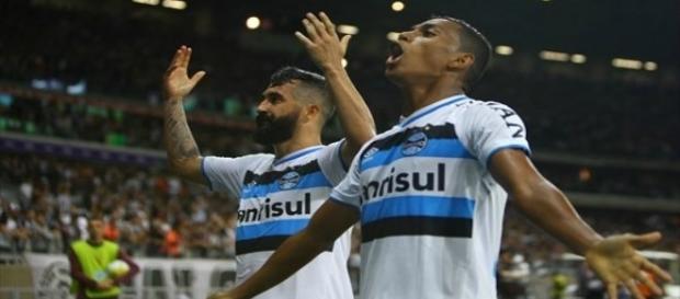 Pedro Rocha (direita) comemora gol marcado no Mineirão contra o Atlético MG