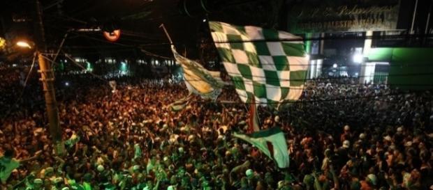 Torcida palmeirense diante da entrada principal do Palestra Itália, na noite deste domingo (27)