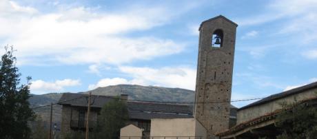 La singular torre que da lugar a su nombre de Torre de Pisa de la Cerdanya