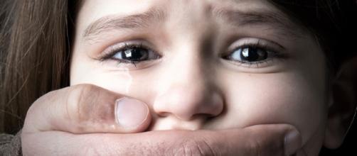 Pedofilia. Uomo di trentasei anni costringe bambina di sette a pratiche sessuali