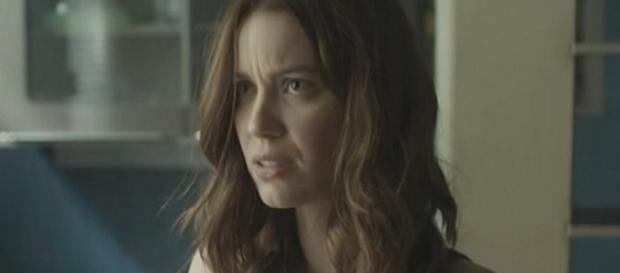 Alex descobre o plano de Júlia e a ameaça com um canivete