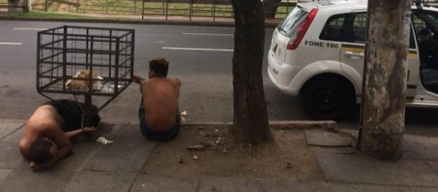 Presos são algemados em lixeira em Porto Alegre