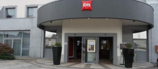 L'ingresso dell'hotel Ibis di Verona, dove è avvenuto il furto di bagagli