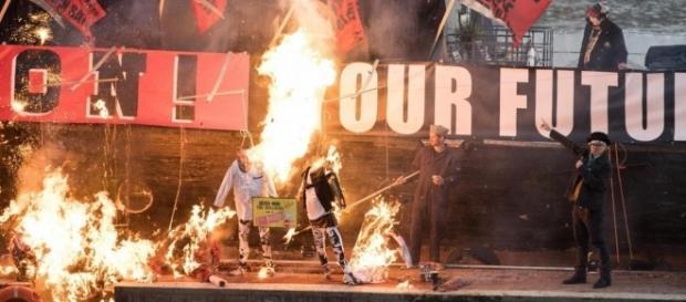 Foto pubblicata dall'Evening Standard. Milioni di sterline di memorabilia punk in cenere.